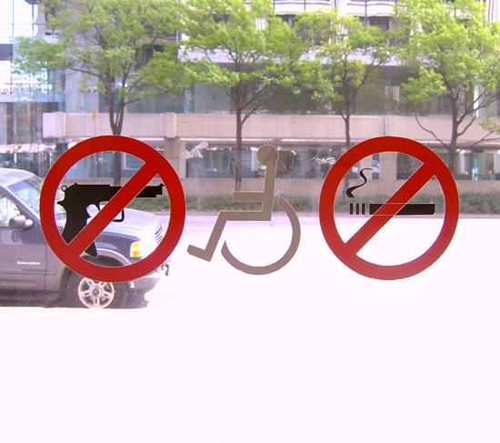 캠퍼스안에 붙어있는 총기소지 금지 사인